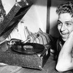 Frank Olsen hygger seg med grammofonen i lugaren sin pfrivakta. Da medlemsbladets fotograf overrasket ham, var det Danny Kaye han spilte.  Sj¯mannsforbundets medlemsblad nr.12, Desember 1952